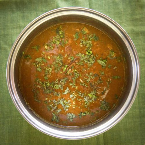 This mutton curry is unique to the Chettiyars of Karaikudi in Chettinad, Tamilnadu, South India because it not only includes the flavours of goondu milagai chilies but also fennel and coconut.